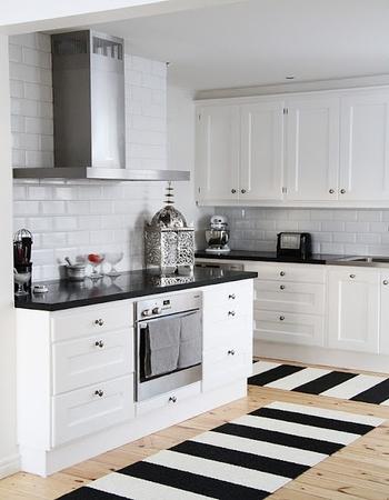 строгая кухня в белом