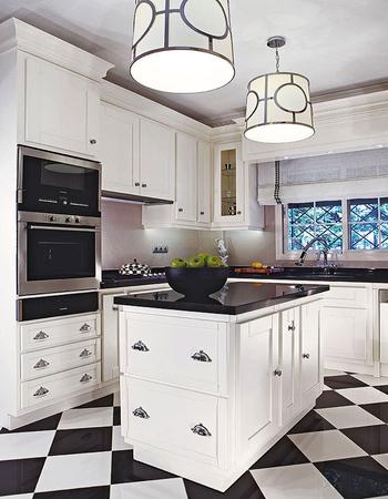 кухня с акцентом на черное