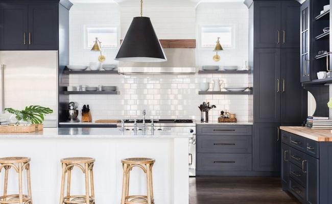 стильная черная кухня