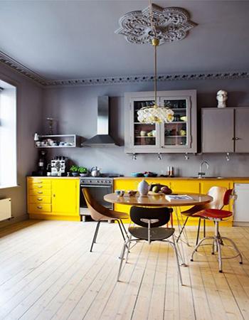 серая кухня с желтым