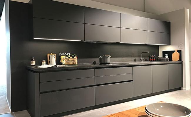 матовая чёрная кухня