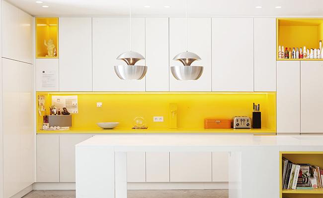 белая кухня с желтым фартуком