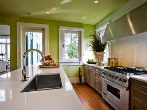 цветной потолок кухни